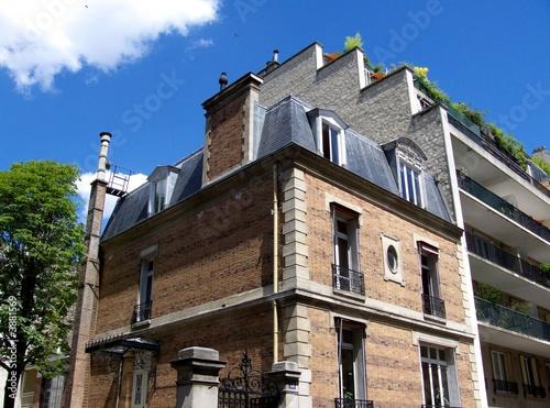 maison de briques rouges et immeuble moderne paris de bruno bernier photo libre de droits. Black Bedroom Furniture Sets. Home Design Ideas
