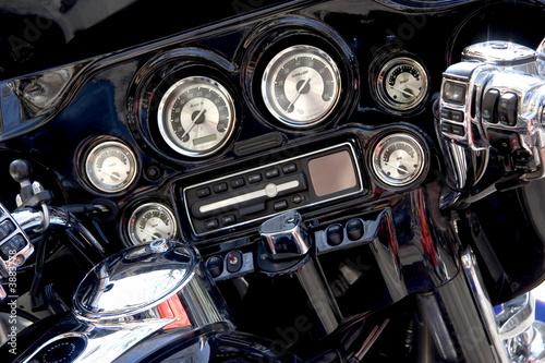 Poster Gros plan du tableau de bord d'une moto de légende