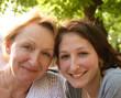 Mutter und Tochter draußen