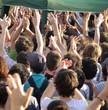 Foule les mains levées au concert