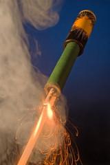 Feuerwerksrakete mit brennender Lunte
