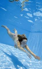 Mujer Nadando debajo del Agua