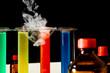 chemielabor mit flaschen, reagensgläsern, qualm
