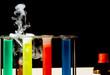 labor mit reagensgläsern, flüssigkeiten, dampf, flaschen