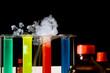 chemeilabor mit flaschen, reagenzgläsern, rauch, flüssigkeit