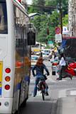 Une cycliste en ville poster