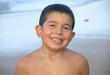 Niño sonriendo en la playa