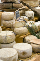 Produits frais sur le marché : fromage au lait cru
