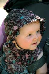 enfant au chapeau à fleurs