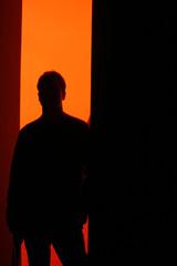 mann vor rotem hintergrund