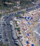 Route, plage et parasols poster