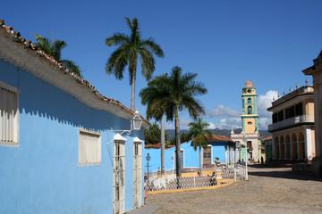 Trinidad - Maison bleue, palmiers et église