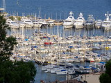 Bateaux à moteurs et voiliers dans le port de Cannes poster