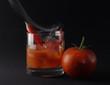 Ледяной горячие коктейль с томатный сок, водка и перец Чили. stock...