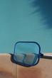 sur le bord de la piscine