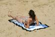 femme qui broze sur la plage