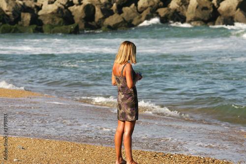belle femme blonde au bord de l'eau