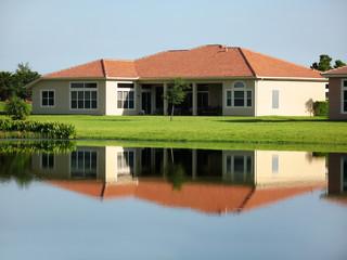Casa junto a lago