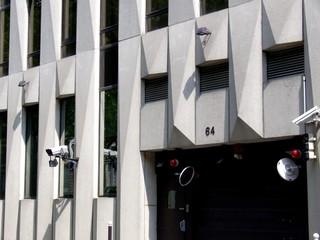 Entre d'imeubles de bureaux avec caméras de surveillance