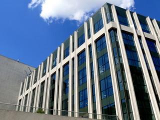 Immeubles de bureaux moderne en verre