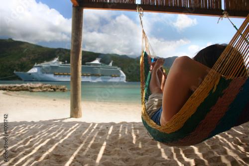 Fotobehang Centraal-Amerika Landen Hammock and Cruise Ship