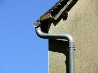 Gouttière et bord de toit en tuiles