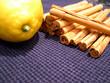 ramas de canela y limón