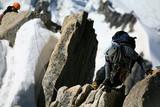 Alpinistes en cordée sur un rocher poster