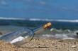 message et bouteille sur une plage tropicale