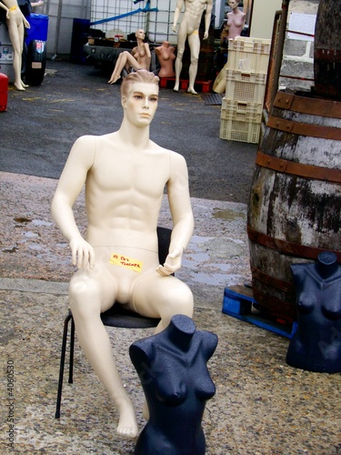 Mannequin assis sur une chaise photo libre de droits sur for Abdos assis sur une chaise
