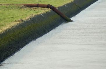 Enwässerungsrohr an einem Kanal