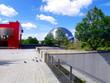 Batiment cubique rouge et géode ronde brillante