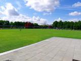 Sol de pierre en triangle dans la pelouse verte, La Villette poster