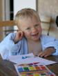 Jeune enfant collant des gommettes #1