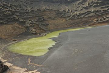 Interior de volcan junto al mar