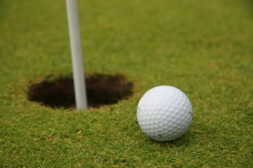 balle de golf près de la cible