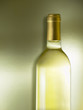 Botella vino blanco sobre fondo.