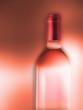 botella vino rosado sobre fondo.