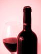 Botella y copa de vino tinto.