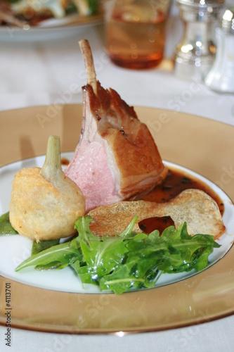 Carré d'agneau rôti et tempura d'artichaut