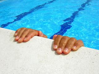 mani su bordo piscina