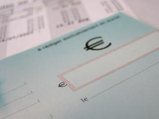 un cheque et une facture