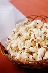 popcorn - bandeja con palomitas de maiz