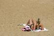 belle femme qui bronze sur la plage