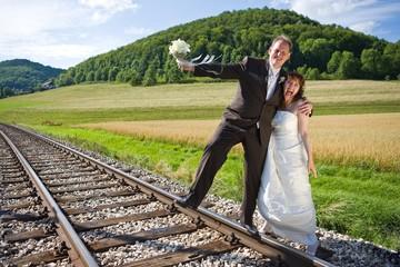 Brautpaar auf Schienen