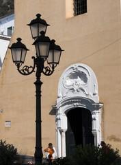 Amalfi ingresso barocco chiesa di San Benedetto lampione
