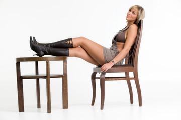 Junge Frau sitzt auf einem Stuhl