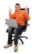 Homme heureux avec son ordinateur