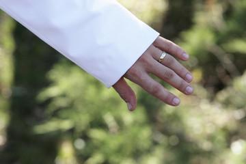 main jeune marié