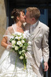 baiser de mariés devant la mairie